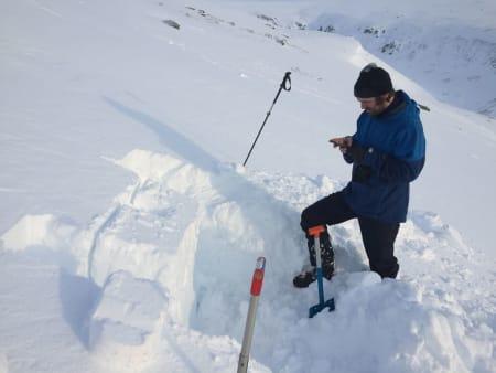 VIKTIGE OBSERVASJONER: Skredvarslingen i Norge er avhengig av frivillige snøobservasjoner, og deler ut flere premier til de som har registrert sine observasjoner på regobs.no. Arkivfoto: Tore Meirik