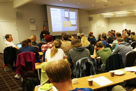 FRIR TIL ALLE: Marit Svarstad Andresen redegjorde for viktigheten av at så mange som mulig bidrar til skredvarslinga ved å bruke Regobs-appen. Foto: Tore Meirik
