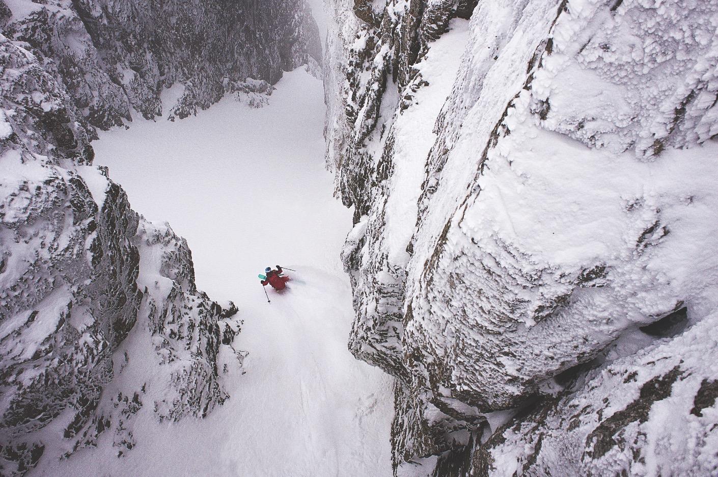 DREVET AV SKIGLEDE: – Jeg synes det er vanvittig artig å kjøre ski på store fjell. Det må komme fram i saken! sier Johanna T. Stålnacke. Her er hun i aksjon under fotokonkurransen King of Dolomites. Bilde: Johannes Strobel