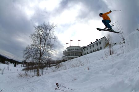 PÅ TUR MED JUNIOR: Kjetil Volent har fått øya opp for parkkjøring og hopping etter at familelivet tvinga fram nye interesser. Her drar sønnen Oskar (8) i bymarka utenfor Trondheim. Foto: Kjetil Volent