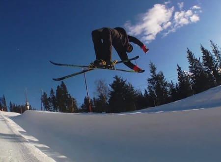 Magnus Støre græbber skiene i Tryvann-pipen.
