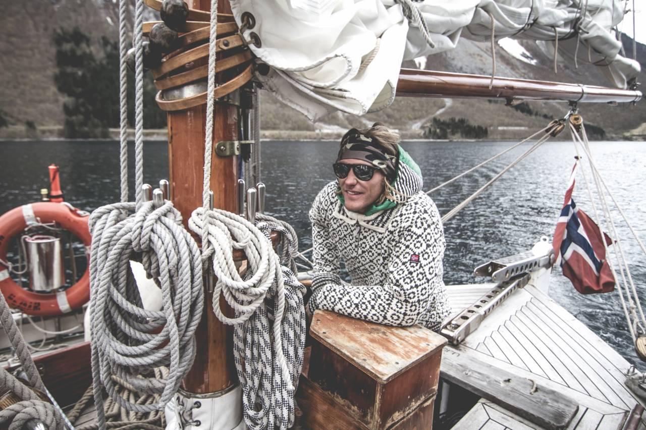 SKIPPER: Etter to og et halvt år i Jondal er det nok for Wille Lindberg, som tar med seg familien til Sverige. Men kombinasjonen seiling og ski har han ikke tenkt å gi opp. Bilde: Nuit de la Glisse