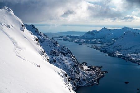 Deler av filmen er Winterland er fra Lofoten, her med skikjøreren Sage Cattabriga Alosa. Foto: Ming T. Poon / Winterland