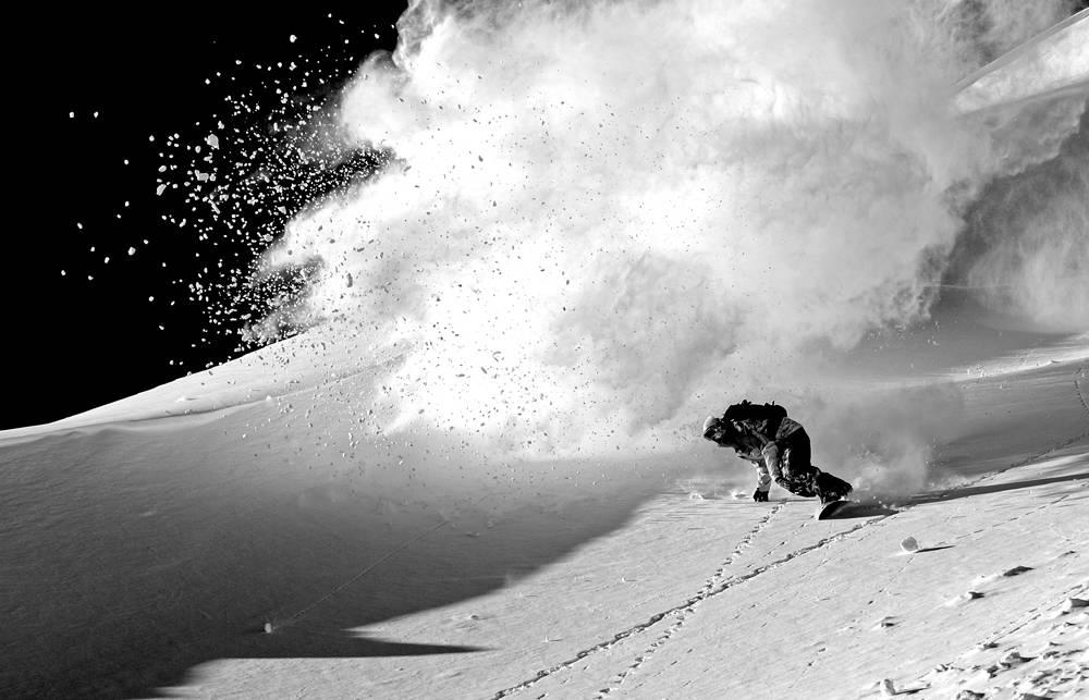 Snowboardkjører i svart hvitt