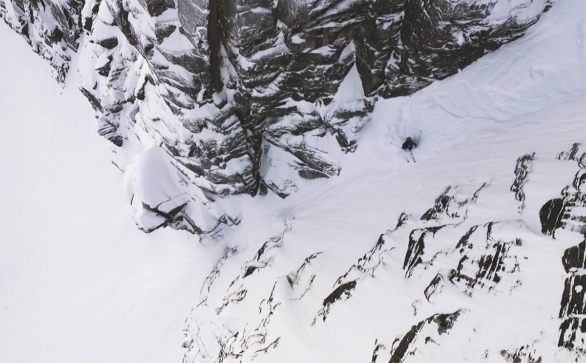 MOT CRUXET: Denne bratte renna ender i et obligatorisk dropp, som er et av de mest krevende punktene når man kjører Grøvelnebba fra toppen. Se hvordan det går  filmen! Foto: Martin Innerdal Dalen