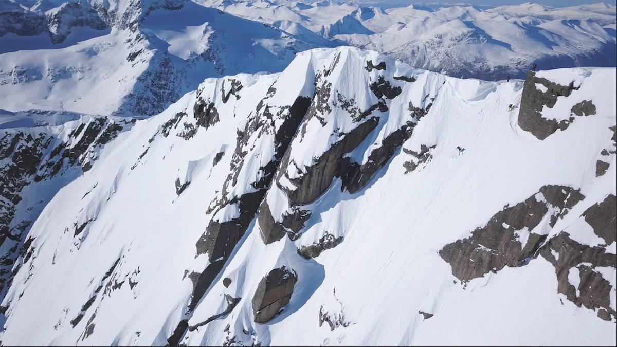 EKSPONERT OG BRATT: Ikke mange kjører ski ned den krevende sørsiden av Ryssdalsnebba, men i denne episoden av webserien Brattkjøring i Sunndalsfjella får du se spektakulære bilder av nettopp det. Foto: Terje Aamodt