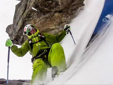 SKICAM: Aurelien Ducroz satte kameraet på skituppen og slapp seg ned Le couloir des Poubelles en forblåst vinterdag i Chamonix. Sånn blir det visst film av.