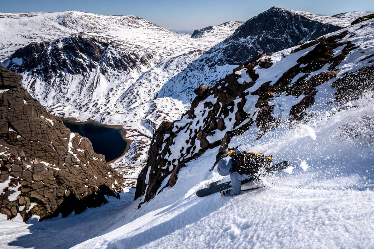 HIGHLANDER-SKIKJØRING: Det går an å kose seg på ski i Skottland selv om snøen har glemt å komme. Foto: Brodie Hood