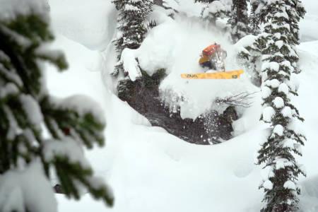 BUNNLØST: Tanner Rainville viser oss en rekke gode skidager her. Foto: Skjermdump