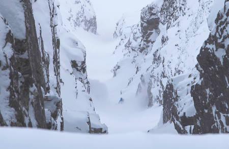 HER GÅR DET UNNA: Med sluffet rasende bak setter Nikolai Schirmer full fart ned Øksehogget i Troms.