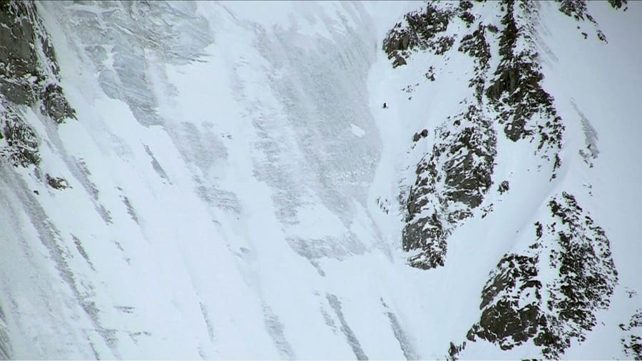 COMEBACK: Du ser han oppe til høyre for midten av bildet, Andreas Fransson på vei ned en av mange styggbratte linjer i Chamonix.