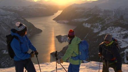 PÅ TUR: De koser seg i Norge disse gutta når de kan fråtse i fjorder og skifjell. Fra venstre: Greg Hill, Andreas Fransson og Chris Rubens.