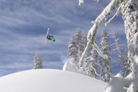 TILBAKE: Her er Tom Wallisch tilbake på ski etter kneskaden. Foto: Skjermdump