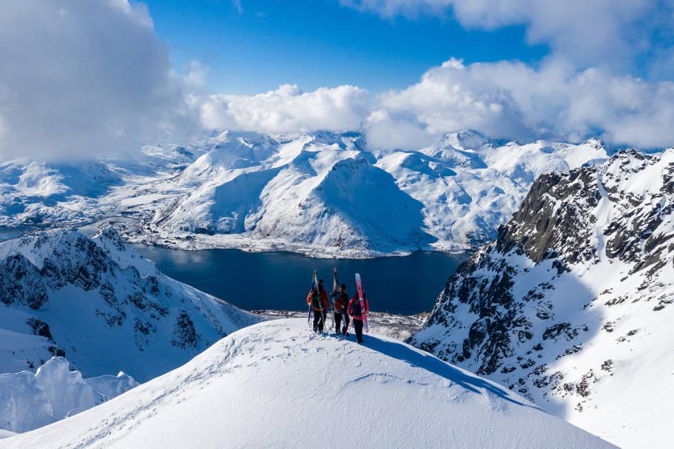 Deler av filmen er Winterland er fra Lofoten, her med skikjørerne Sage Cattabriga-Alosa, Ian McIntosh og Christina Lusti. Foto: Ming T. Poon / Winterland