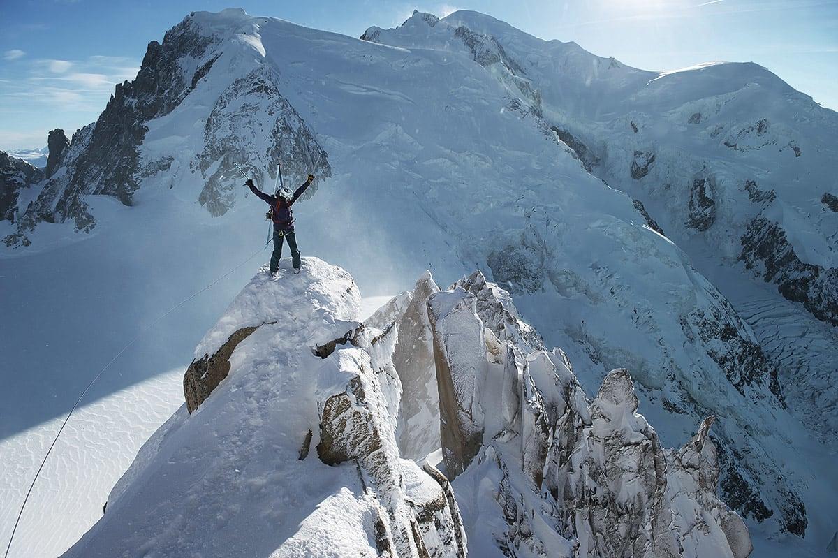 BORTE: Ifølge seg selv er ikke Anja noen ekspert i bratte fjell, men på fotoshoot i Chamonix finner hun ne linjer ved hjelp av isøks, stegjern og tau. Foto: Johan Wildhagen
