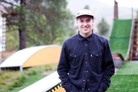 MOBERG: Eirik Moberg går 3. året på skigymnas på Hovden. Her utenfor skolen i høst. Foto: Anders Holtet