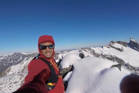TOPPER: Kilian Jornet på toppen av Kvanndalstind. Foto: Sjermdump