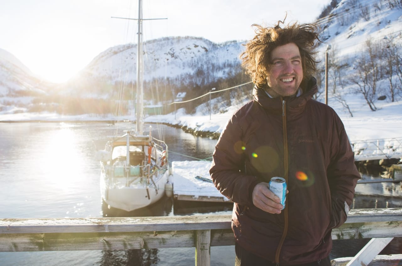 HOLDER DET EKTE: Morten Christensen kjøpte seg hus i sommer etter tolv år som omreisende skiboms – de tre siste årene om bord på seilbåten RX2. Bilde: Tore Meirik