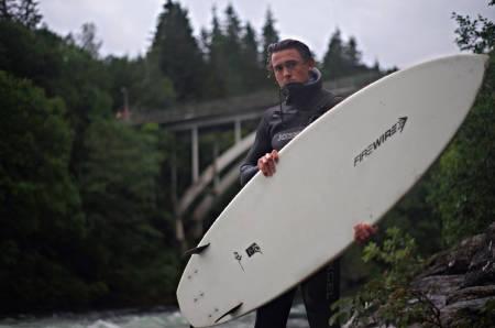 SURF: Benjamin Forthun bruker sommeren med surfbrett på Bulkenbølgen i Voss, og hva som er greia med Birgitte Ø finner du (til en viss grad) ut lenger ned. Foto: Mathias Sandvik