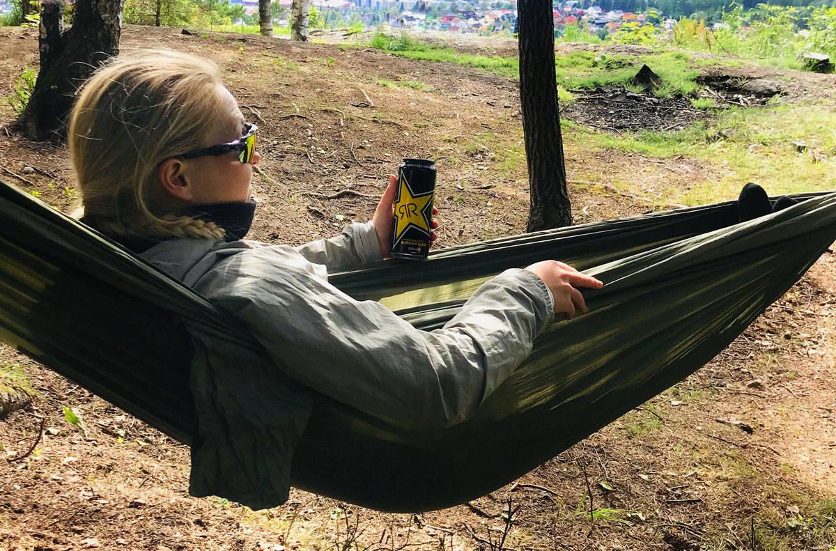 DRØMMEN OM HAWAII: Johanne Killi bruker litt av sommeren på å ligge i hengekøye og drømme om Hawaii.