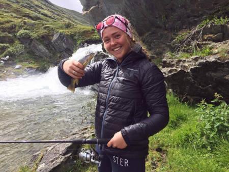 SOMMERTRENING: X Games-vinner Johanne Killi er i ferd med å få orden på hofta igjen etter skaden hun pådro seg i vinter. Rehab´en foregår blant annet på fisketur og på treningssenter.
