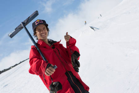 PÅ JOBB: En stor del av Jesper Tjäders sommerjobb i Norge er å fikse på rails og hopp. I tillegg til å kjøre kjempevanskelige rails og gjøre backflips (blant annet). Foto: Tore Meirik