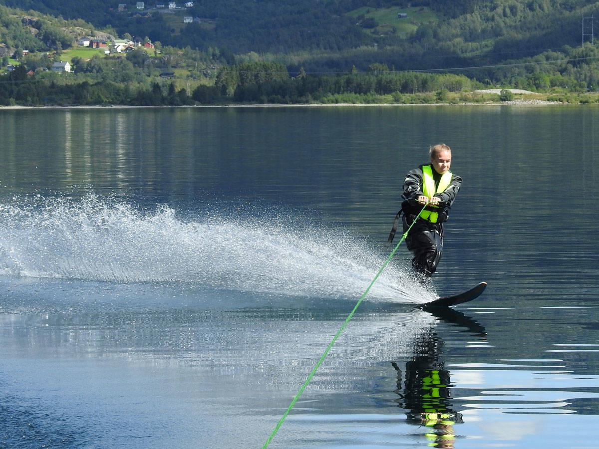 SOMMERSKI: Kamilla Bratteteig syns sommeren er temmelig godt egna til å kjøre vannski.