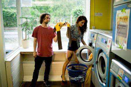PÅ VASKERIET: Lasse får hjelp av Triana til å vaske FP t-skjorta og Mikstape-shortsen. Foto: Olav Stubberud