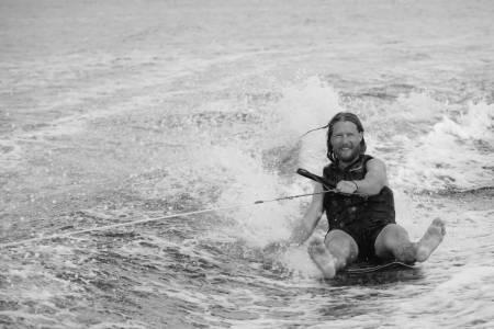 PÅ VANNET: Karl Kristian Muggerud driver med vannsport, smedarbeid og ljåslått i sommer.