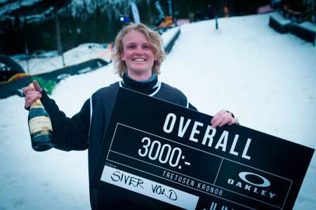 Siver Voll fikk både penger og champagne da han vant en Junkyard railjam i 2014. Foto: Emil Kjos Sollie
