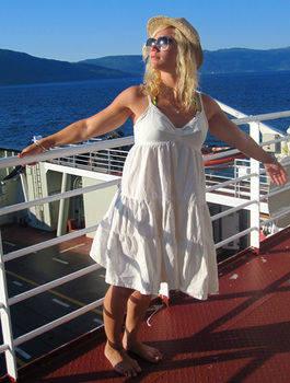 SE MIN KJOLE: Kjersti henger ut på ei ferge i sommer. Foto: Privat