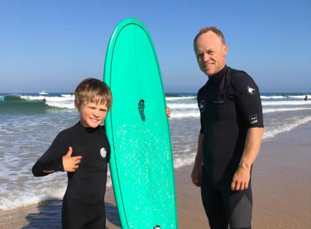 FAMILIEFERIE: Stian Hagen er sannsynligvis en temmelig kul pappa, blant annet fordi han drar på surfeferie i franske Hossegor med kidsa. Foto: Privat