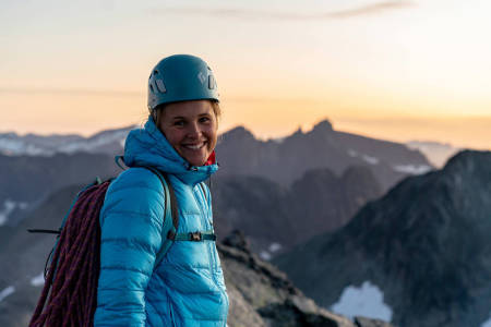 PÅ FJELLET: Ida Elisabeth Nilsen har flytta til Åndalsnes (Næs) og opp på fjellet med hjelm og klatretau.