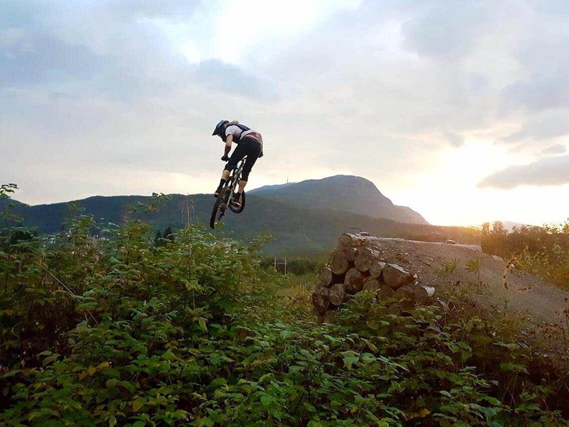 PÅ SYKKEL: Trygg Lindkjølen liker å sykle om sommeren. Og å kjøre ski. Og enda mer.