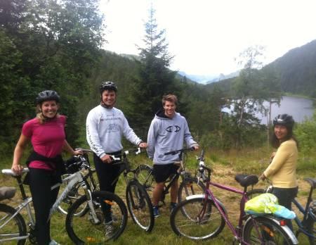 SYKKELTUR: Vegard på sykkeltur med familien. Foto: Øye senior