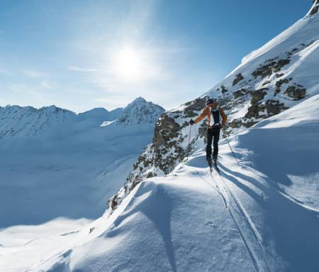 TIMING: Starttidspunktet til turen ble diktert av solens posisjon og hvordan den påvirket snøen. Ved å gå halvøya fra sør til nord fikk Vegard isete snø i oppoverbakkene og tørr snø i nedoverbakkene. Foto: Nikolai Schirmer.