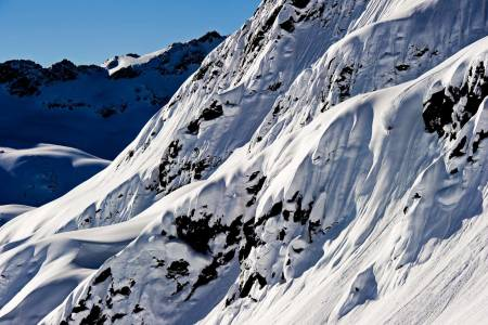 ALBONAGRAT: Den lokale helten og FWT-kjøreren Stefan Häusl dundrer ned ei lekker linje ved Albonagrat like over Stuben i Arlberg. Bilde: Mattias Fredriksson