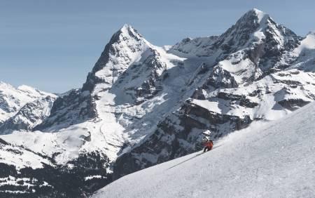UTSIKT: Få steder kan du kjøre på ski med en utsikt som i fjellene over Mürren. Lothar Hofer gjør det på telemark med Eiger og Jungfrau i bakgrunnen.