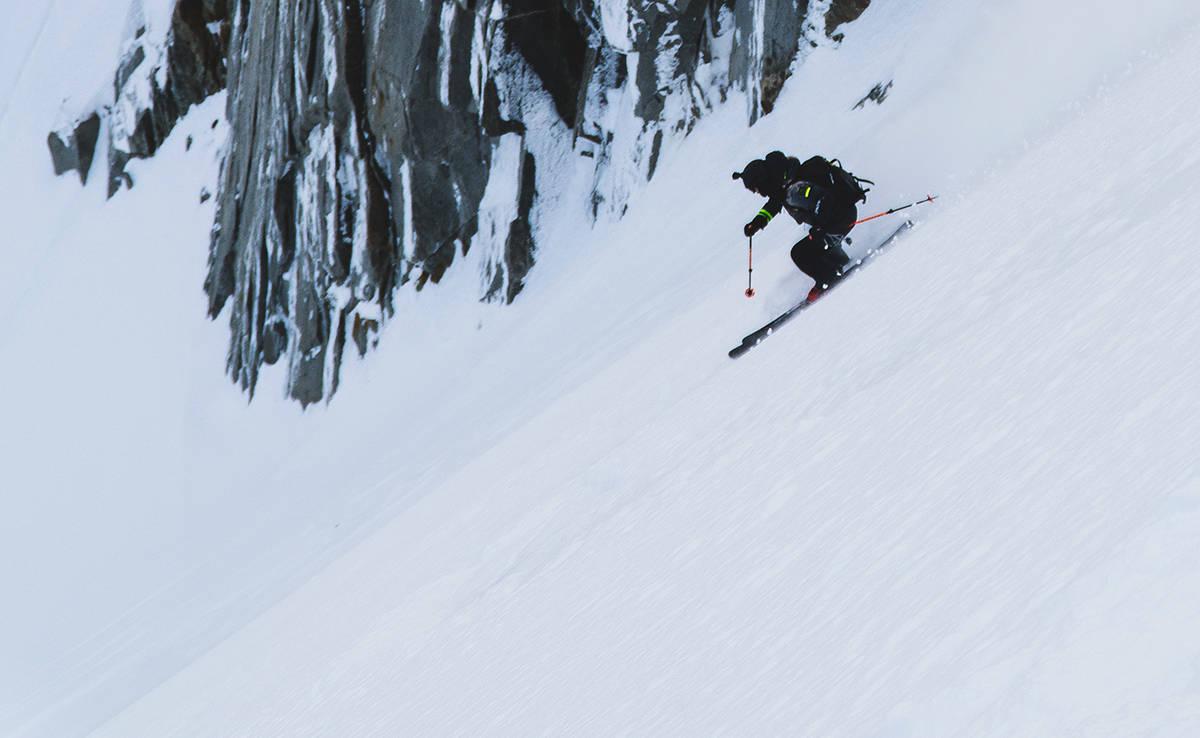 UTENBYGDES: Svenske Jacob Wester har bodd i Chamonix i mange på – blant annet fordi der kan du (på dager med bedre føre enn denne) kjøre laps med nesten 3000 høydemeter bratt pudder. Foto: Henrik Ulleland
