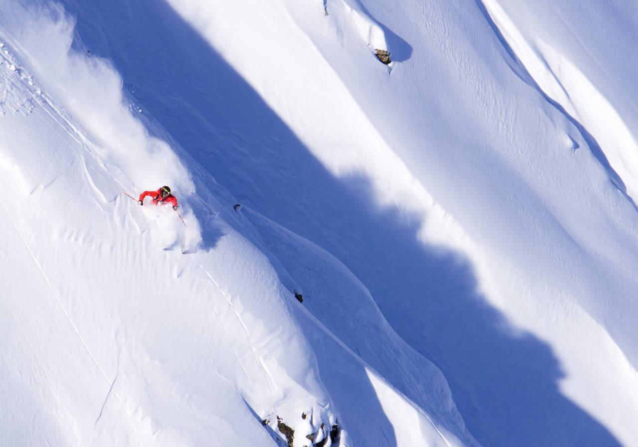 LEGENDARISK: Både kjøreren som ga området navn og kjøreren på bildet er legendariske typer. Roman Rohrmoser kjører deilig snø i Alaska-aktige Morrison face. Bilde: Jens Klatt