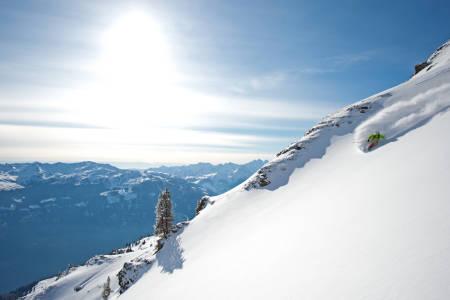 PUDDER: Thomas Motz finner nydelig snø i området som kalles Outerbanks ved skisenteret i Hochfügen. Foto: Michael Neumann