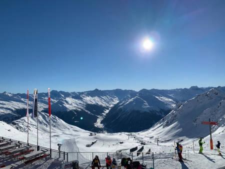 DAVOS: ...og Klosters i Sveits er bare en togtur unna - og har frikjøring i verdensklasse når forholdene er fine! Her er utsikten fra knutepunktet Parsenn og Weissfluhjoch. Foto: Endre Løvaas