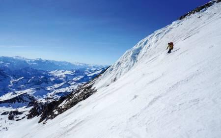 WHEN IN DOUBT, GO HIGHER: Victoria Isern svinger på litt kvalitetsdrittsnø på vei ned fra Punta Giordani.