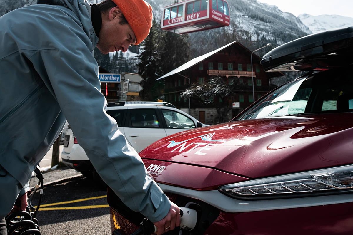 LADER: Robert Aaring lader elbil i skianlegget Champéry. Foto: Elias Lundh