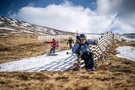 Skotsk utfor: For alle som ser med gru på at snøen fort forsvinn kan me slå fast at skiglede ikkje alltid er lik snø, i alle fall ikkje ned solsida frå skianlegget Nevis Range. Foto: Brodie Hood