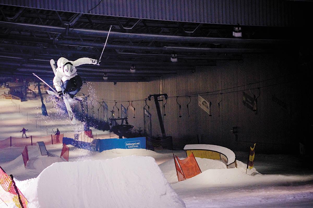SMALL AIR: Fridtjof Semb Fredricsson spinner på det vesle hoppet i Jever Skihalle utenfor Düsseldorf. Hallen er åpen 365 dager i året og har konstant temperatur på minus 4. Foto: Vegard Breie