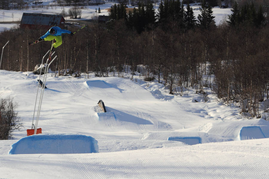 2012: Over 20 parkelementer, bluebird og påskeføre på Bjorli 20. november i fjor. Det satte Vebjørn Svorkmo (i lufta) og Espen Bergh pris på. Foto: Tore Meirik