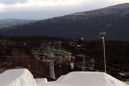 2011: Langt mindre snø i 2011, men fortsatt ett helt ålreit hopp og et par rails den 23. november 2011. Her er det Vebjørn Engeset som bryter seg på. Foto: Tore Meirik