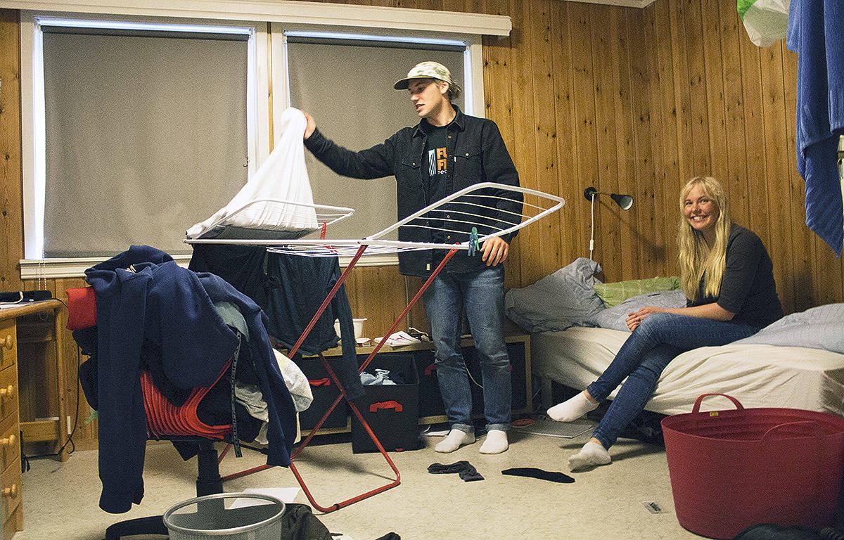 STJERNEMØTE: Et av Norges største freeskitalent, Eirik Moberg, og et av norges største frikjøringstalenter, Synnøve Medhus, deler på husarbeidet i hybelbygget. Foto: Anders Holtet