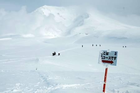 Japan: Asahidake får du mest ut av om du orker å labbe litt. Her er vi på vandring mot kammen til høyre for den ikoniske vulkanen.